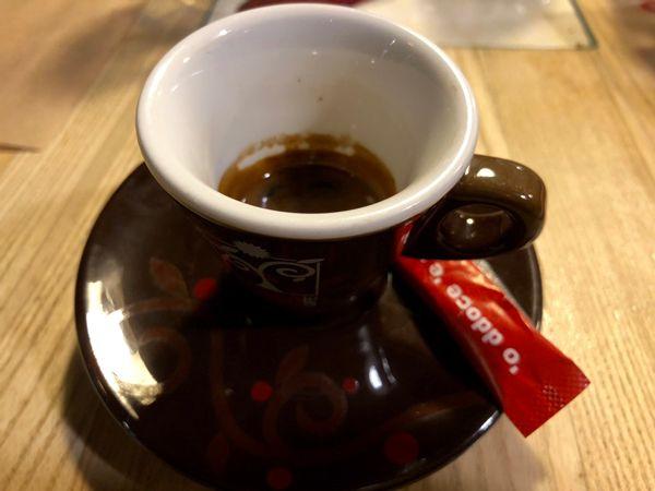 Filiżanka kawy espresso w barze w Turynie