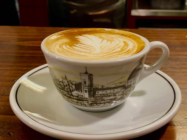 Kawa cappuccino w filiżance przedstawiającej miasto Florencję