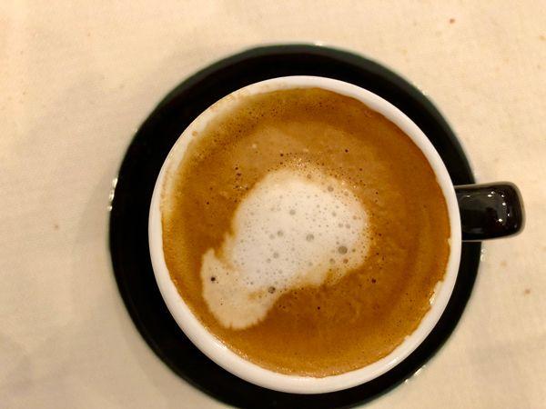 W barze zamówić można różne rodzaje kawy nawet macchiato co tylko plami kawę