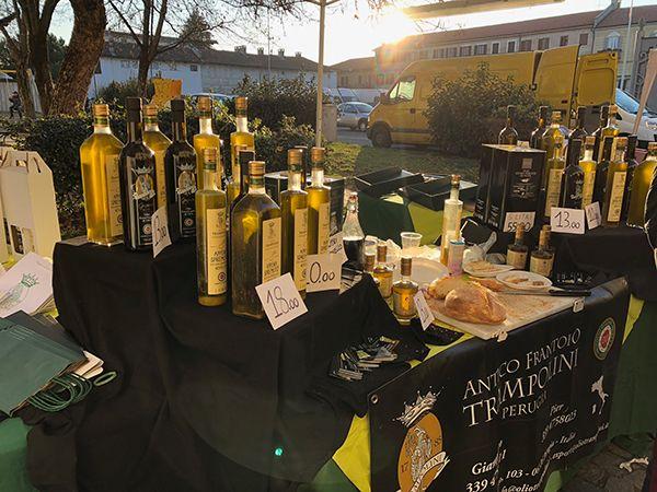 Oliwa z oliwek pierwszej jakości, próbuje się jej z chlebem