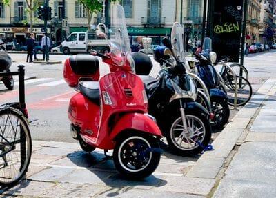 Vespa do tej pory jest często spotykana na ulicach włoskich miast i wyróżnia się swoim niepowtarzalnym stylem