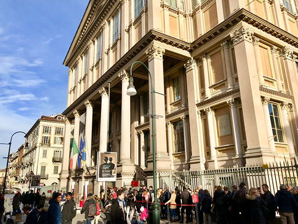 Kolejka przed kasą do Muzeum Kina i Mole Antonelliana w Turynie