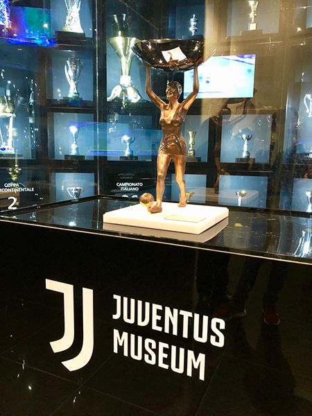 Zwycięski puchar w Muzeum Juventusu w Turynie