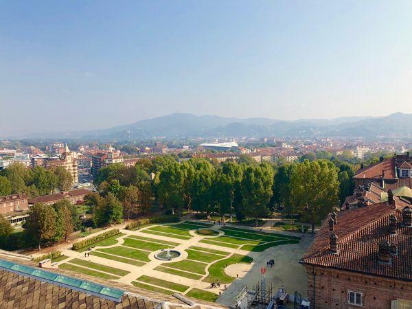 Ogród przy Zamku Królewskim w Turynie, widok z wieży przy Katedrze