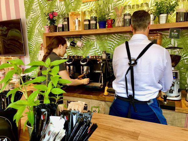 W barze we Włoszech w Turynie przygotowuje się różne rodzaje kawy