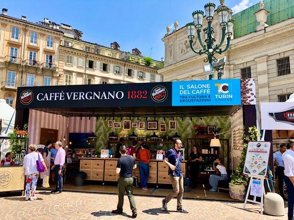 Impreza poświęcona kawie w Turynie we Włoszech, gdzie można kupić i spróbować różne rodzaje kawy