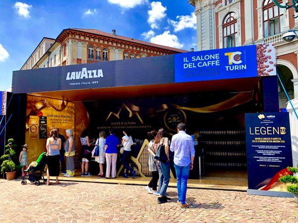 Impreza poświęcona kawie w Turynie, stoisko Lavazzy