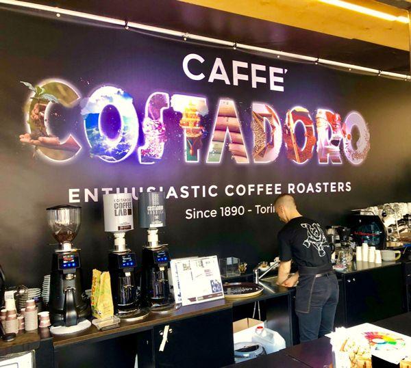 Przygotowanie kawy na imprezie kawowej w Turynie we Włoszech