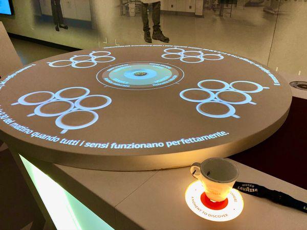 Muzeum kawy Lavazza w Turynie filiżanka aktywująca  dosatkowe informacje