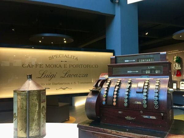 Muzeum kawy lavazza w Turynie szyld i stara kasa