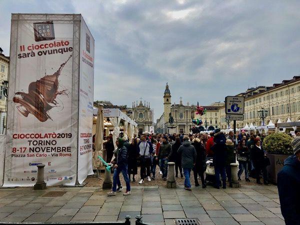 Targi czekolady w Turynie, plac w centru i stoiska producentów czekolady
