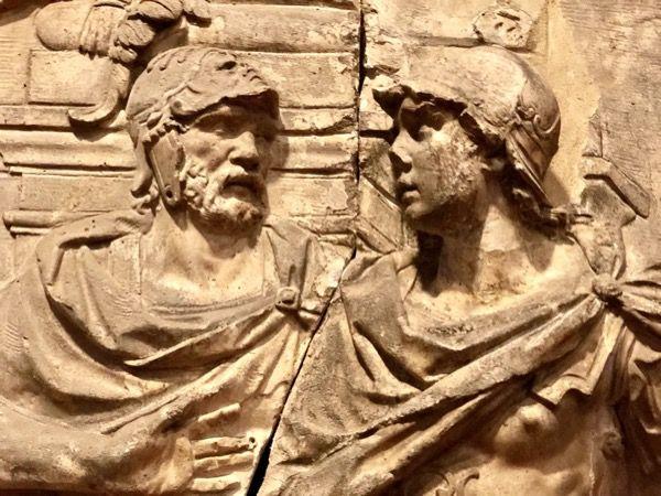 płaskorzeźba przedstawiająca dwóch mężczyzn, którzy się pozdrawiają i mówią Buongiorno