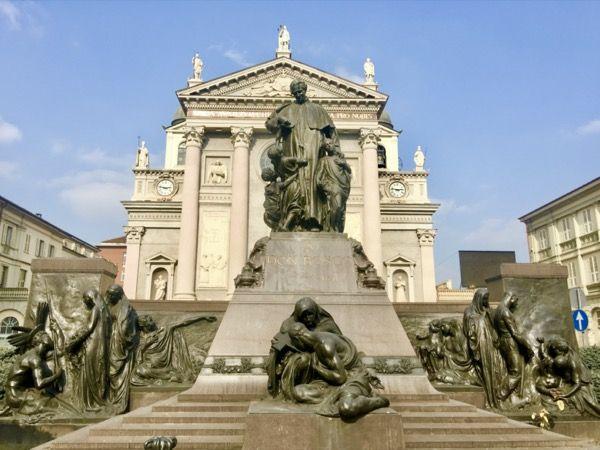 Pomnik księdza Bosko na placu przed bazyliką Salezjanów w Turynie