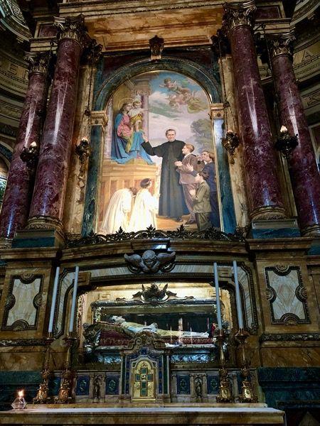 Ołtarz księdza Bosko w bazylice Salezjanów w Turynie