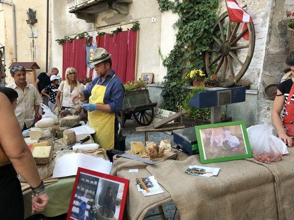 Sprzedaż i degustacja serów na festynie w Lanzo, Piemont we Włoszech