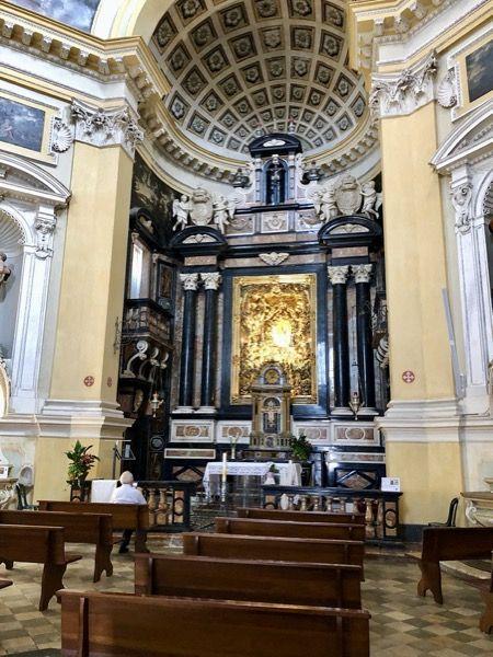 Wnętrze kościoła na wzgórzu Monte dei Cappuccini w Turynie