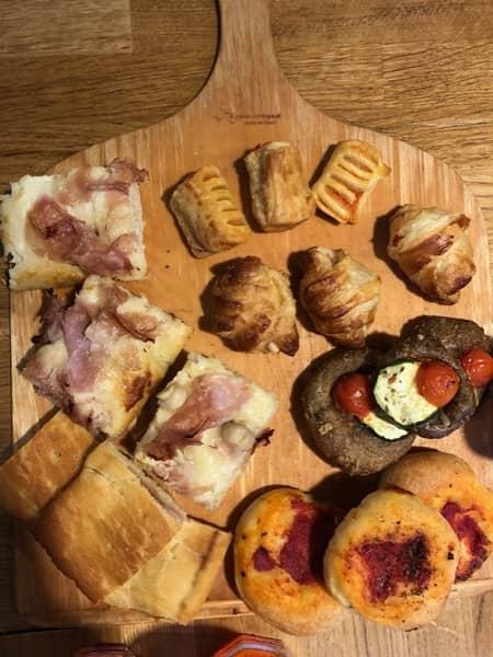 Jedzenie serwowane podczas włoskiego aperitify posiada małe rozmiary,