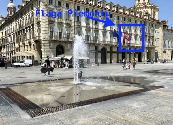 Flaga regionu Piemont zawieszona na budynku w Turynie
