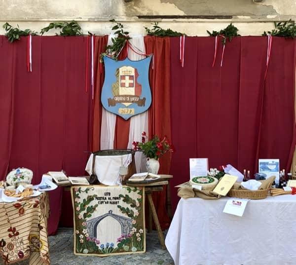 Herb dynastii Savoia z Włoch na festynie Grissini w Lanzo