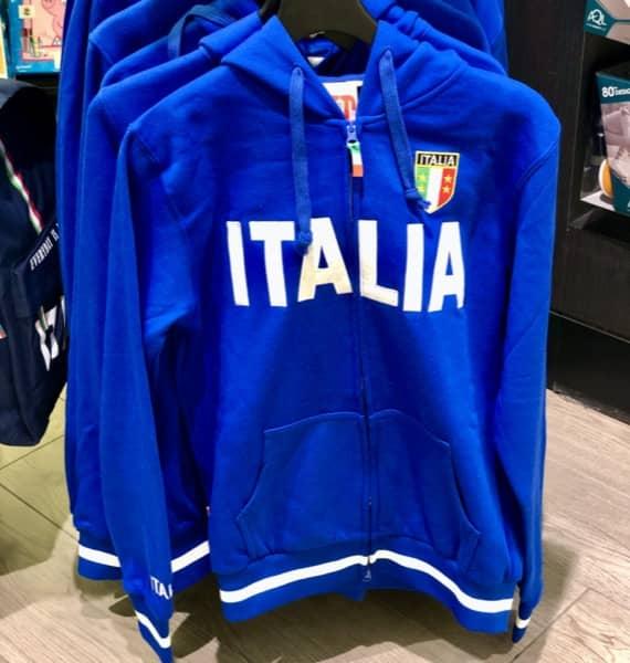 Niebieska bluza nawiązująca do niebieskiej koszulki reprezentacji Włoch