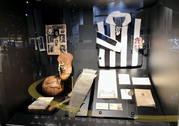 Historyczna koszulka zawodnika Juventusu z Muzeum Juventusu w Turynie