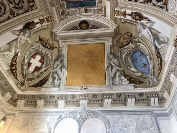 Herb dynastii Savoia na fresku na suficie