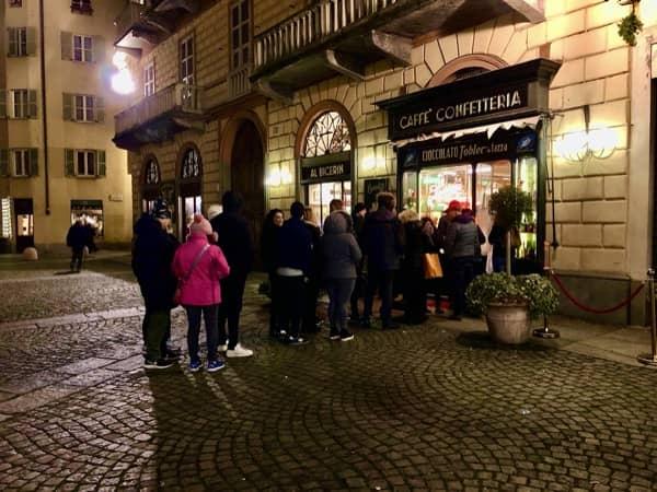Kolejka przed włoską kawiarnią Al Bicerin w Turynie
