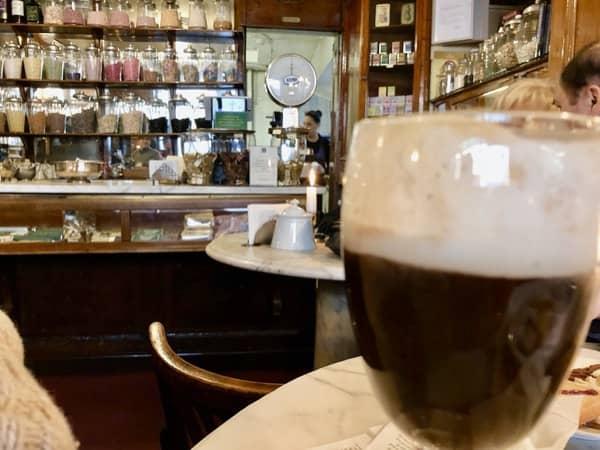 Wnętrze kawiarni w Turynie gdzie można wypić Bicerin napój czekoladowo kawowy