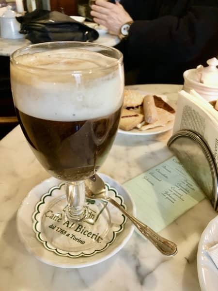 Kieliszek z Bicerin we włoskiej kawiarni w Turynie