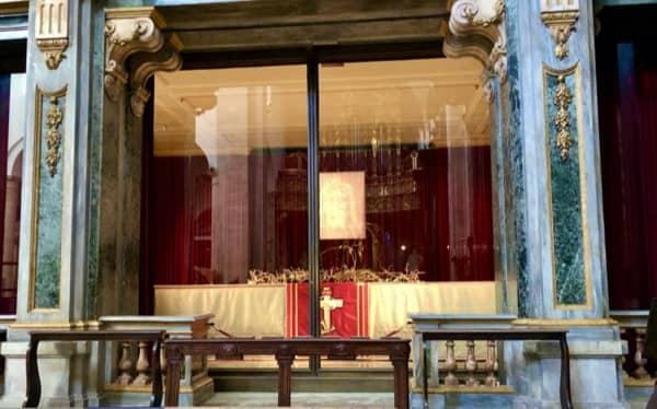 Ołtarz z Całunem Turyńskim w Katedrze w Turynie