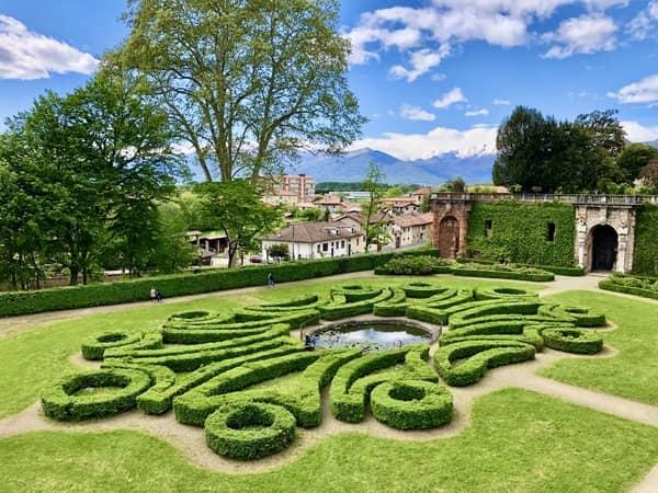 Alejki w o geometrycznych kształtach przy pałacu w Aglie jako przykład włoskich ogrodów