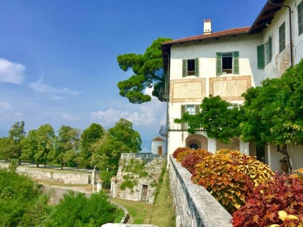 Zielony taras na zamku Masino w Piemoncie