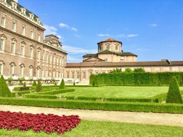 Ogród w stylu włoskim przy pałacu w Venaria Reale pod Turynem