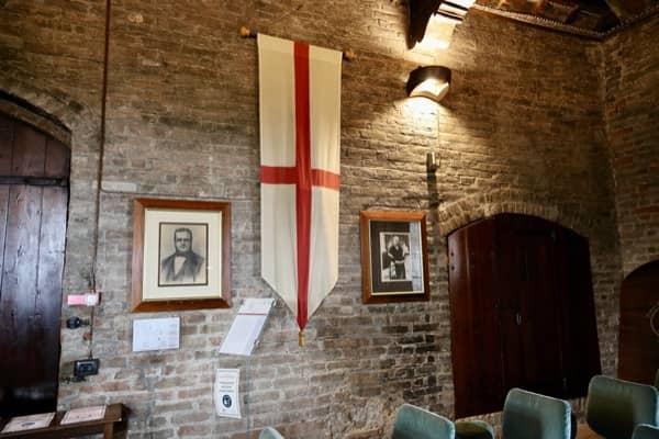 Sala w której odbywa się międzynarodowa aukcja białych trufli, na ścianie flaga z herbem miasta Alby