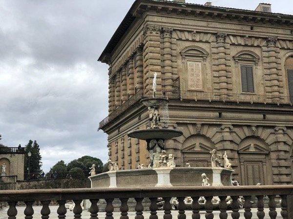 Palazzo Pitti i fontanna we Florencji