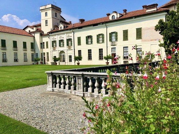 Ogród przed zamkiem w Masino we Włoszech