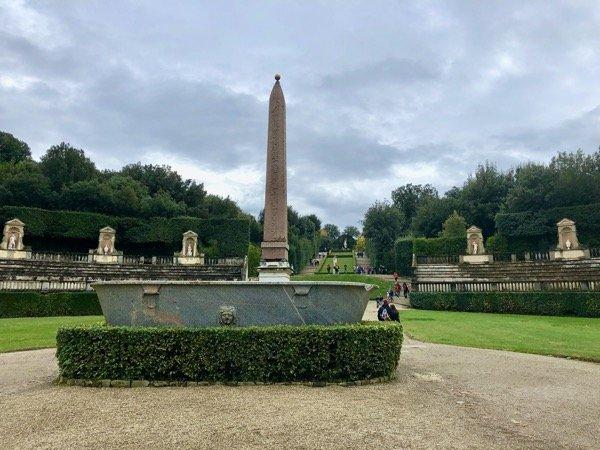 Zielony amfiteatr i egipski obelisk w ogrodzie Boboli we Florencji