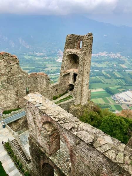 Wieża pięknej Ady kompleksu Sacra di San Michele i widok na okolicę w