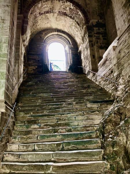Schody Scala dei Morti w Opactwie św. Archanioła Michała w Piemoncie