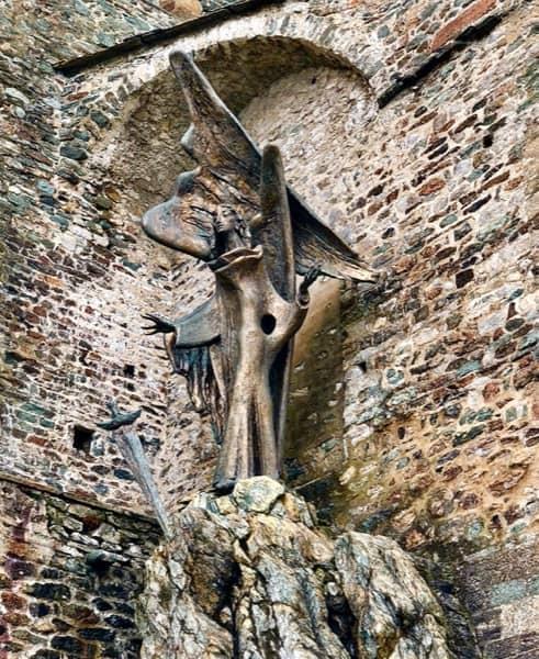 Współczesna rzeźba św. Archanioła Michała przed opactwem