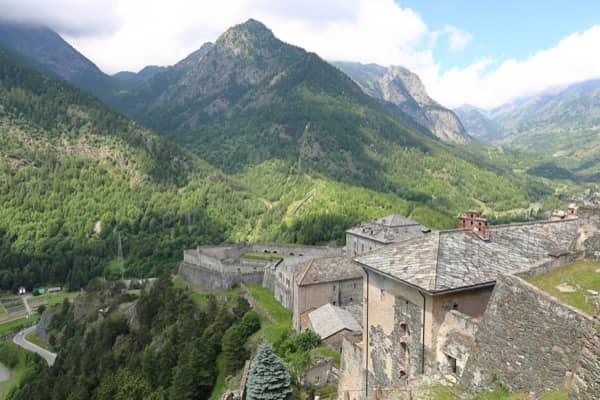 Twierdza Fenestrelle w Piemoncie i widok na Alpy