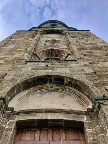 Frontowa ściana Sacra di San Michele w Piemoncie, we Włoszech