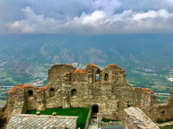 Pozostałości opactwa Sacra di san Michele w Piemoncie i widok na Alpy