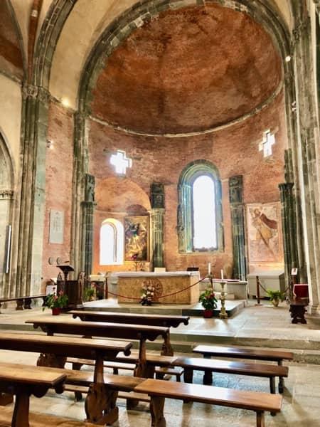 Wnętrze kościoła należącego do kompleksu Sacra di San Michele