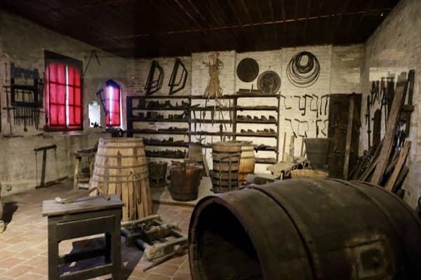 Wnętrze Muzeum na zamku w Grinzane poświęcone produkcji wina