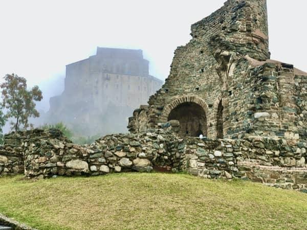 Ruiny kościoła przez opactwem św. Archanioła Michała w Piemoncie