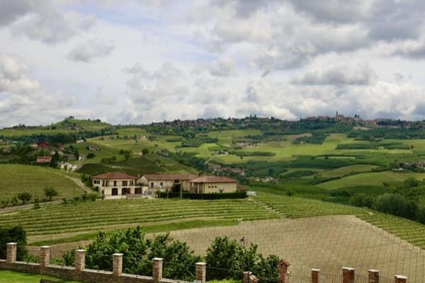 Krajobraz krainy Langhe w Piemoncie, widok z okna zamku w Grinzane