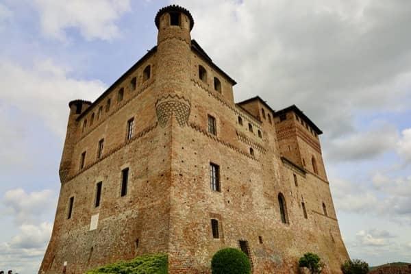 Zamek Grinzane Cavour w Piemoncie - muzeum, restauracja i winoteka