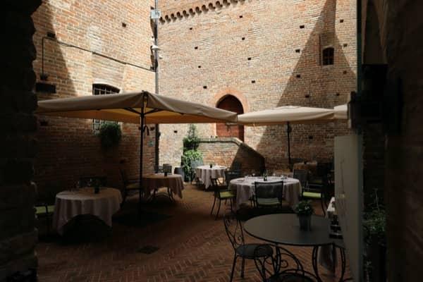 Restauracja na dziedzińcu zamku Grinzane Cavour
