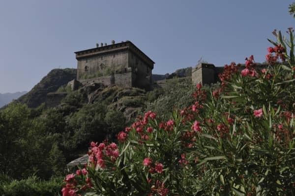 Patrząc na zamek w Verrès z pewnej odległości dokładnie widać jego oryginalny kształt